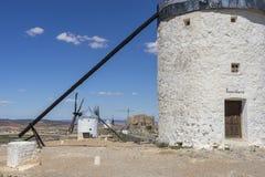 Biali wiatrowi młyny dla szlifierskiej banatki Miasteczko Consuegra w pr Obraz Stock