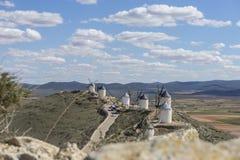Biali wiatrowi młyny dla szlifierskiej banatki Miasteczko Consuegra w pr Obrazy Stock