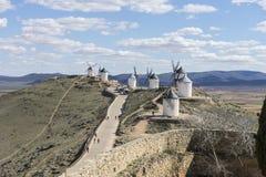 Biali wiatrowi młyny dla szlifierskiej banatki Miasteczko Consuegra w pr Zdjęcia Royalty Free