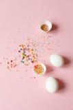 Biali Wielkanocni jajka na świetle - różowy tło, minimalistic desig Obrazy Royalty Free