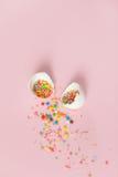 Biali Wielkanocni jajka na świetle - różowy tło, minimalistic desig Zdjęcia Royalty Free