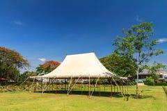 Biali wydarzenia namiotowi w polu. Obrazy Stock
