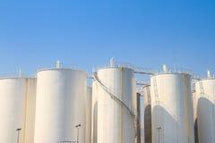 Biali zbiorniki dla chemicznego przemysłu Zdjęcia Royalty Free