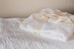Biali zdrojów ręczniki z łękiem Obrazy Royalty Free