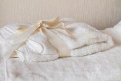Biali zdrojów ręczniki z łękiem Zdjęcia Stock