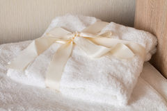 Biali zdrojów ręczniki z łękiem Obraz Stock