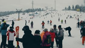 BIALKA TATRZANSKA, POLÔNIA - 4 DE FEVEREIRO DE 2018 Inclinação alpina aglomerada do esqui, as montanhas de Tatra fotos de stock