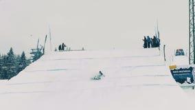 BIALKA TATRZANSKA, POLOGNE - 3 FÉVRIER 2018 Faites du surf des neiges le manqu de cavalier de style libre pour exécuter un tour s Photographie stock