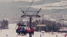 BIALKA TATRZANSKA, POLOGNE - 3 FÉVRIER 2018 Télésiège de montagne et une pente de ski Photographie stock