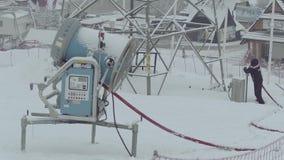 BIALKA TATRZANSKA, POLONIA - 3 DE FEBRERO DE 2018 Empleado que apaga la máquina del snowgun o de la nieve almacen de metraje de vídeo