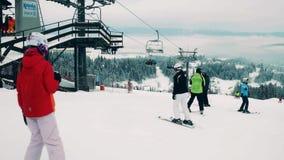 BIALKA TATRZANSKA, POLONIA - 3 DE FEBRERO DE 2018 Esquiadores alpinos en la cima de la montaña metrajes
