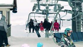 BIALKA TATRZANSKA, POLONIA - 3 DE FEBRERO DE 2018 Estación alpina del remonte o de la telesilla en la cima de la montaña almacen de metraje de vídeo