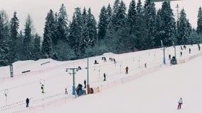 BIALKA TATRZANSKA, POLONIA - 4 DE FEBRERO DE 2018 Los esquiadores y los snowboarders en el esquí de la montaña se inclinan, ven d metrajes