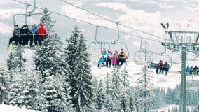 BIALKA TATRZANSKA, POLONIA - 3 DE FEBRERO DE 2018 Remonte o telesilla de la montaña contra paisaje hermoso del invierno en metrajes