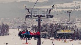 BIALKA TATRZANSKA, POLONIA - 3 DE FEBRERO DE 2018 Telesilla de la montaña y una cuesta del esquí metrajes