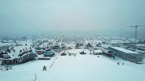 BIALKA TATRZANSKA, POLONIA - 3 DE FEBRERO DE 2018 Tiro aéreo del extremo de la cuesta del esquí de la montaña metrajes