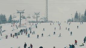BIALKA TATRZANSKA POLSKA, LUTY, - 4, 2018 Ludzie jedzie na halnym narciarskim skłonie zdjęcie wideo