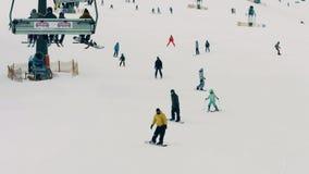 BIALKA TATRZANSKA POLSKA, LUTY, - 4, 2018 Narciarki i snowboarders na halnym narciarskim skłonie zdjęcie wideo