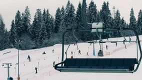 BIALKA TATRZANSKA POLSKA, LUTY, - 4, 2018 Narciarki i snowboarders na halnym narciarskim skłonie, widok od skilift Zdjęcia Royalty Free
