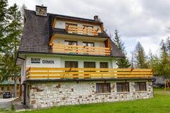 Bialy Domek som göras av tegelstengästhus Arkivfoto