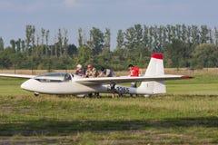 Bialystok, Polônia, o 24 de julho de 2016: Planador do reboque dos pilotos após a aterrissagem Imagens de Stock Royalty Free