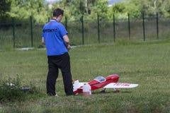 Bialystok Polen, Juni 12, 2016: pojke som spelar med modellflygplanet Royaltyfri Fotografi