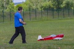 Bialystok Polen, Juni 12, 2016: pojke som spelar med modellflygplanet Arkivbilder