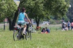 Bialystok Polonia 5 de junio de 2016 Ciclo, ciclista en prado Fotografía de archivo