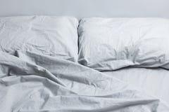Biancheria da letto grigia Fotografie Stock