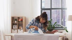 Biancheria da letto rivestente di ferro della donna asiatica a casa archivi video