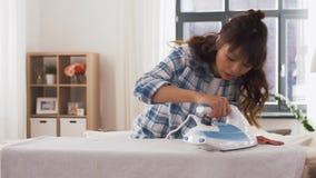 Biancheria da letto rivestente di ferro della donna asiatica a casa video d archivio