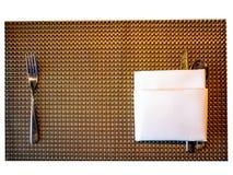 Biancheria da tavola, con il cucchiaio e la forchetta disposti sulla cima Fotografie Stock
