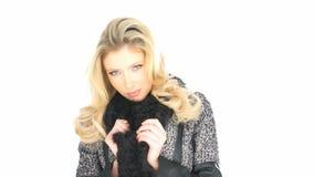 Biancheria e cappotto d'uso biondi sexy stock footage