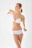 Biancheria intima della ragazza impegnata nella le figure di misura Fotografia Stock Libera da Diritti