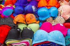 Biancheria intima delle signore da vendere in un piccolo negozio nel quarto arabo di immagini stock libere da diritti