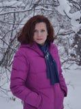 Bianco all'aperto sorridente di modo della persona della neve del fronte della gente del modello di divertimento della foresta di Immagini Stock Libere da Diritti