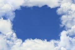 Bianco del foro del cielo blu le nuvole Immagini Stock