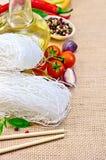 Bianco del riso delle tagliatelle con i peperoni e le verdure Fotografia Stock