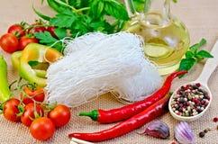 Bianco del riso delle tagliatelle con le spezie e l'olio Immagine Stock