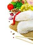 Bianco del riso delle tagliatelle con le spezie e l'olio Fotografie Stock