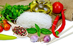Bianco del riso delle tagliatelle con le spezie e le verdure Fotografia Stock