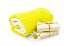 Bianco del sapone con la camomilla e gli asciugamani Fotografie Stock Libere da Diritti
