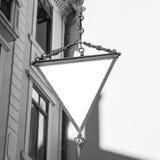 Bianco del segno dell'hotel del triangolo isolato Fotografia Stock