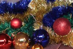 Bianco della decorazione di Natale Contenitori di regalo rossi e dorati con tre la palla, ornamento floreale Vista superiore Comp Fotografie Stock
