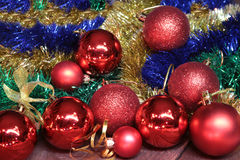 Bianco della decorazione di Natale Contenitori di regalo rossi e dorati con tre la palla, ornamento floreale Vista superiore Comp Immagini Stock