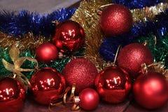 Bianco della decorazione di Natale Contenitori di regalo rossi e dorati con tre la palla, ornamento floreale Vista superiore Comp Fotografia Stock