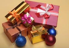 Bianco della decorazione di Natale Contenitori di regalo rossi e dorati con tre la palla, ornamento floreale Vista superiore quad Immagini Stock Libere da Diritti