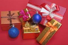 Bianco della decorazione di Natale Contenitori di regalo rossi e dorati con tre la palla, ornamento floreale Vista superiore quad Immagine Stock