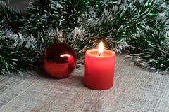 Bianco della decorazione di Natale Contenitori di regalo rossi e dorati con tre la palla, ornamento floreale Vista superiore quad Fotografia Stock