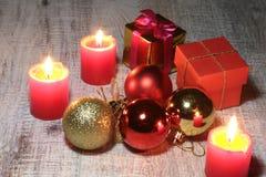 Bianco della decorazione di Natale Contenitori di regalo rossi e dorati con tre la palla, ornamento floreale Vista superiore quad Fotografia Stock Libera da Diritti